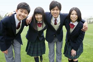 笑顔の男女学生4人の写真素材 [FYI01294371]