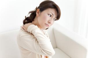 肩を揉む女性の写真素材 [FYI01294430]