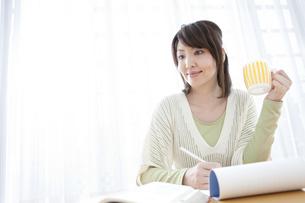 手紙を書く女性の写真素材 [FYI01294437]