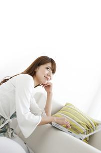 ノートパソコンを操作する女性の写真素材 [FYI01294504]
