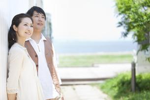 空を見上げている中高年夫婦の写真素材 [FYI01294511]