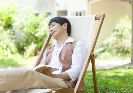 うたた寝している中高年男性の写真素材 [FYI01294525]