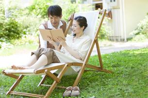 本を見ている中高年夫婦の写真素材 [FYI01294551]