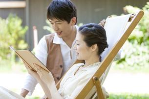 本を見ている中高年夫婦の写真素材 [FYI01294563]