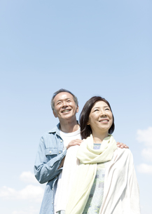遠くを眺める中高年夫婦の写真素材 [FYI01294663]