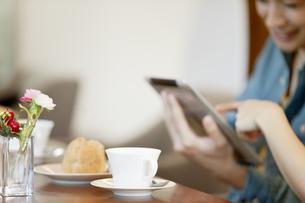 カフェでタブレットPCを見る2人の写真素材 [FYI01294760]