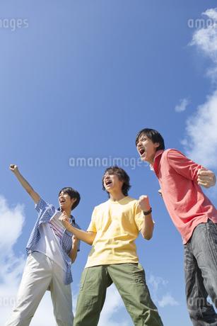 ガッツポーズをしている若者3人の写真素材 [FYI01294809]