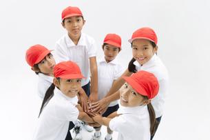 笑顔の体操服姿の小学生の写真素材 [FYI01294815]