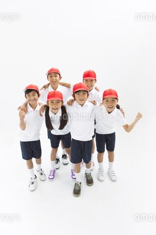 肩を組む体操服姿の小学生の写真素材 [FYI01294842]