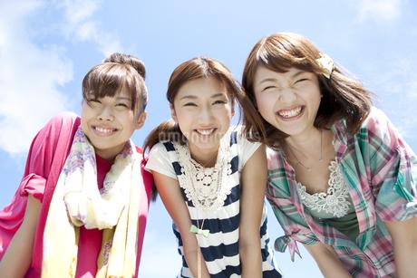笑顔の若者3人の写真素材 [FYI01294855]