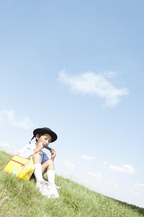 ハーモニカを吹く男の子の写真素材 [FYI01294857]