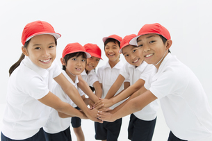 笑顔の体操服姿の小学生の写真素材 [FYI01294860]