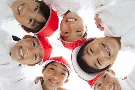 輪になる体操服姿の小学生の写真素材 [FYI01294873]
