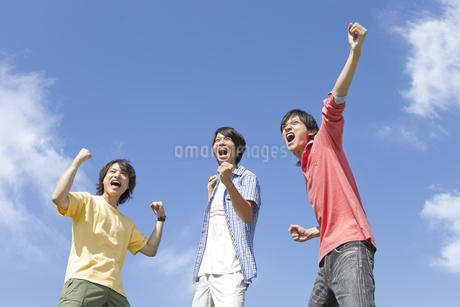 ガッツポーズをしている若者3人の写真素材 [FYI01294907]