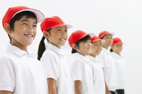 笑顔の体操服姿の小学生の写真素材 [FYI01294920]