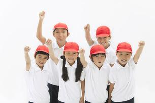 応援する体操服姿の小学生の写真素材 [FYI01294958]