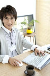 ノートパソコンを操作しているビジネスマンの写真素材 [FYI01294975]