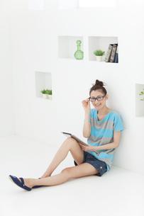 タブレットPCを持つ眼鏡をかけた女性の写真素材 [FYI01294986]