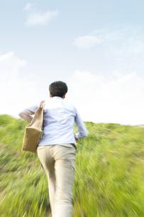 走る男性の後姿の写真素材 [FYI01295012]