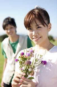 花を持つ若いカップルの写真素材 [FYI01295069]