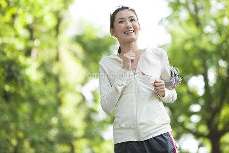 ジョギングをする女性の写真素材 [FYI01295093]