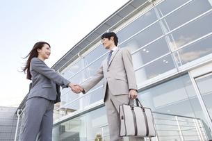 握手をするビジネスマンとビジネスウーマンの写真素材 [FYI01295133]