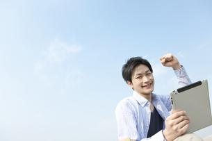 ガッツポーズをする男性の写真素材 [FYI01295154]