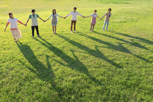 並んで手をつなぐ若者たちの写真素材 [FYI01295224]