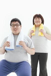 タオルを持つ肥満カップルの写真素材 [FYI01295244]