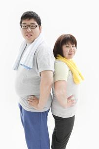 背中合わせの肥満カップルの写真素材 [FYI01295263]