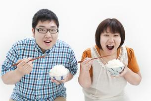 ご飯を食べる肥満カップルの写真素材 [FYI01295275]