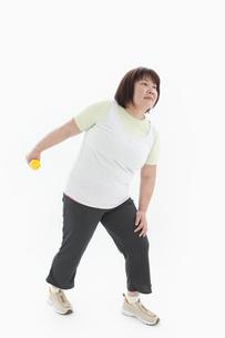 ダンベルを持つ肥満女性の写真素材 [FYI01295298]