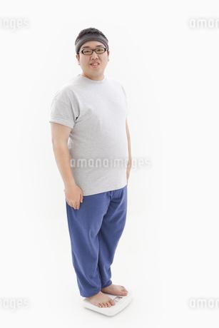 体重計に乗る肥満男性の写真素材 [FYI01295328]