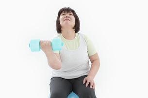 ダンベルを持つ肥満女性の写真素材 [FYI01295366]
