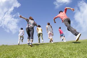 走っている若者6人の写真素材 [FYI01295388]