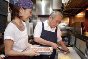 調理をしている店員2人の写真素材 [FYI01295456]
