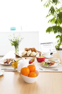 タブレットPCのある朝食イメージの写真素材 [FYI01295543]