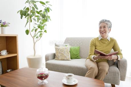 リビングでくつろぐ中高年女性の写真素材 [FYI01295550]
