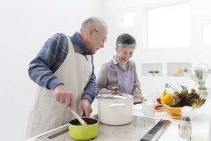 調理をする中高年夫婦の写真素材 [FYI01295551]