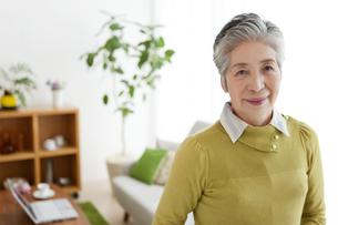 笑顔の中高年女性の写真素材 [FYI01295560]