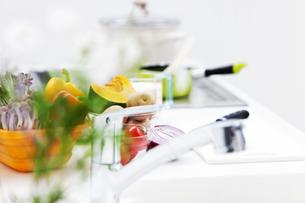 野菜が並ぶキッチンの写真素材 [FYI01295561]