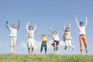 ジャンプする3世代家族の写真素材 [FYI01295563]