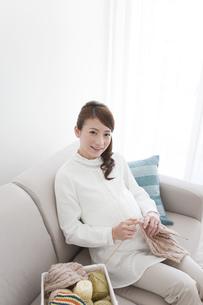 編み物をする妊婦の写真素材 [FYI01295583]