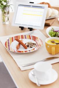 タブレットPCのある朝食イメージの写真素材 [FYI01295597]