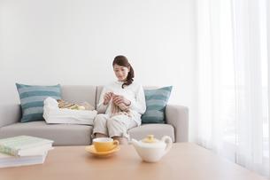 編み物をする妊婦の写真素材 [FYI01295610]
