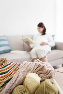 編み物と本を読む妊婦の写真素材 [FYI01295617]