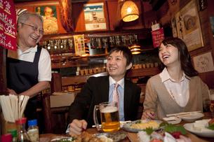 笑顔の店員とビジネスマン2人の写真素材 [FYI01295633]