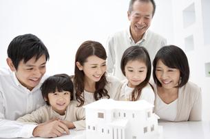 建築模型を見ている3世代家族6人の写真素材 [FYI01295699]