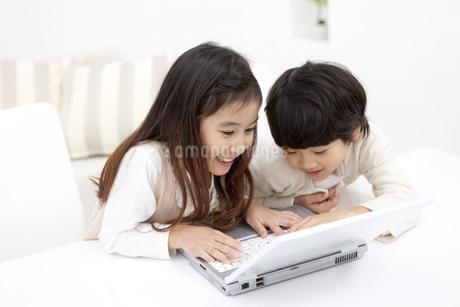ノートパソコンを見ている子供2人の写真素材 [FYI01295727]