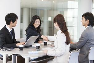 会議中のビジネスマンとビジネスウーマンの写真素材 [FYI01295734]